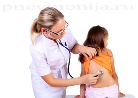 осмотр больного пневмонией ребенка