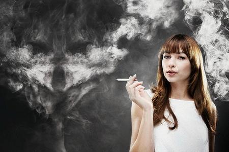 девушка курить сигарету