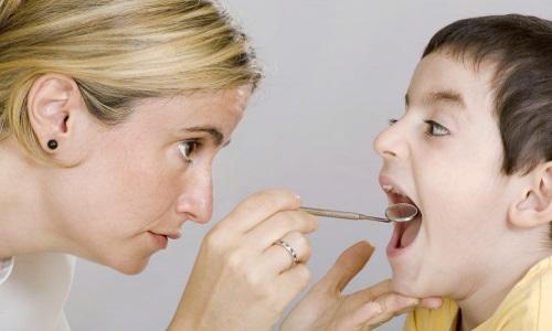 Осмотр горла у ребенка