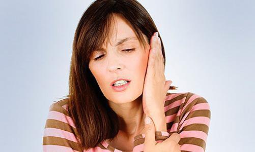 Шарик под кожей за ухом не болит